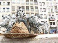 Chapeau sur la fontaine des Terreaux