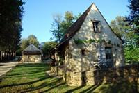 """Le hameau du sentier des sources, """"la Maison de mon Père"""" et """"l'Oustal du Potager"""" en arrière-plan"""