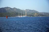 Un superbe voilier dans la baie de Saint-Florent