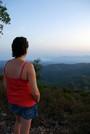 Maud contemple la mer depuis le Mont Vinaigre